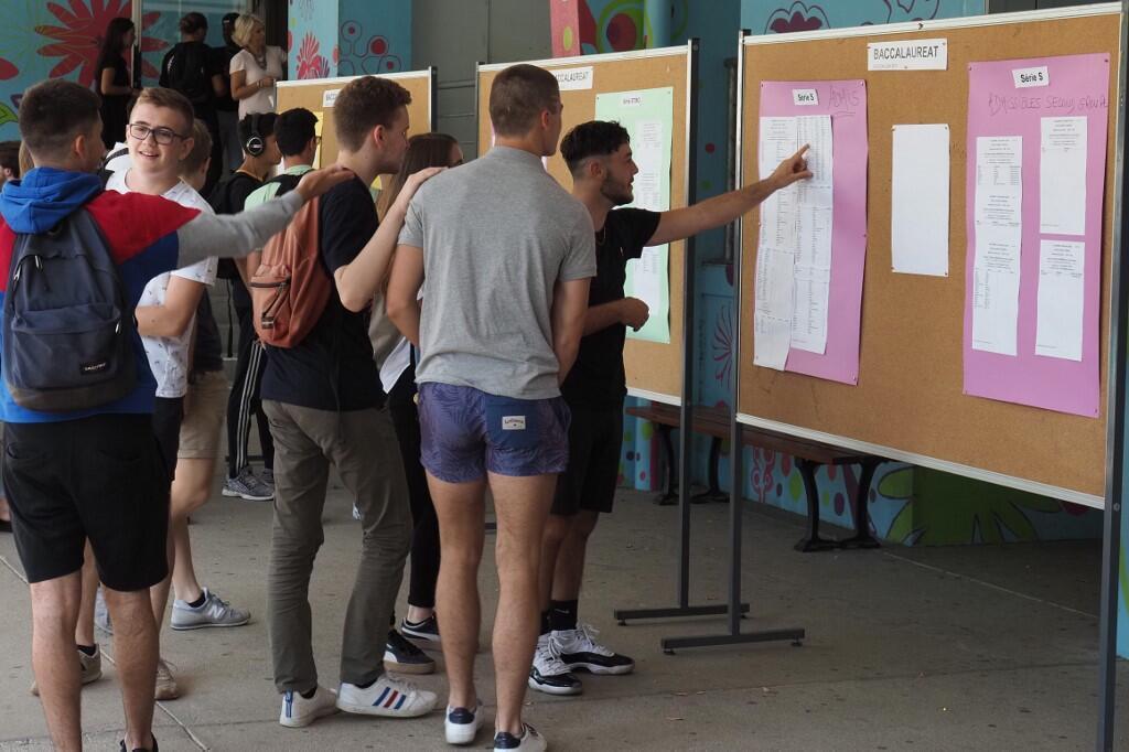 Affichage dans un lycée des résultats de l'édition 2019 du baccalauréat en France.