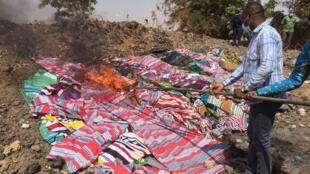 Harouna Kaboré, le ministre du Commerce et l'Industrie, a mis le feu au lot de 500 pagnes saisis.