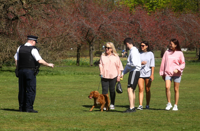Cảnh sát Anh nhắc nhở những người đi dạo trong công viên Greenwich Park, Luân Đôn, tôn trọng lệnh phong tỏa vì dịch Covid-19, ngày 04/04/2020.