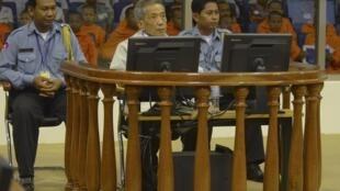 Kaing Guek Eav hay  Duch, (T) lãnh đạo nhà tủ  S-21 thời Khmer Đỏ, trước Toà án, ngày  03/02/ 2012.