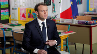 O Presidente francês, Emmanuel Macron, a 12 de Abril de 2018, numa sala de aula duma escola, em Berd'huis, numa entrevista concedida à televisão TF1.