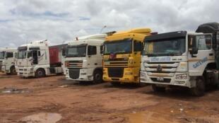 Camions en stationnement sur une aire attendant l'heure du départ