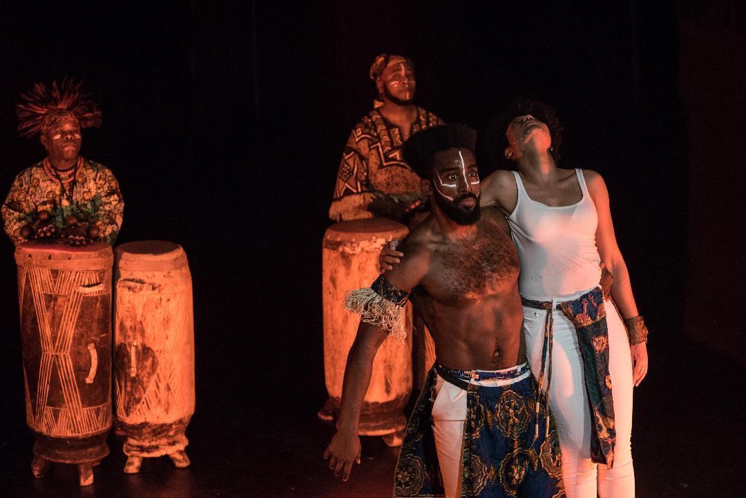 Bolewa Sabourin sur scène. Photographie de spectacle par Claire Dem.