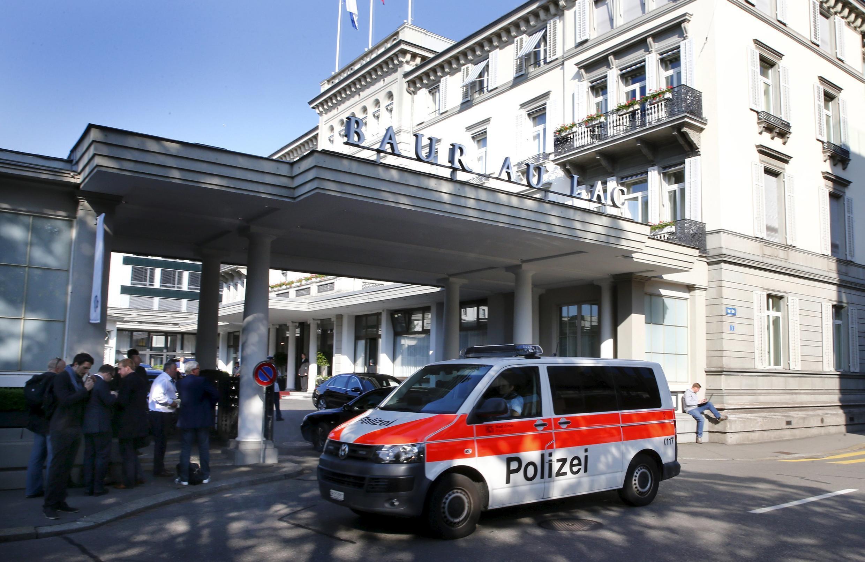 Полицейский автомобиль у отеля Baur au Lac в Цюрихе, где были задержаны высокопоставленные представители ФИФА, 27 мая 2015 г.
