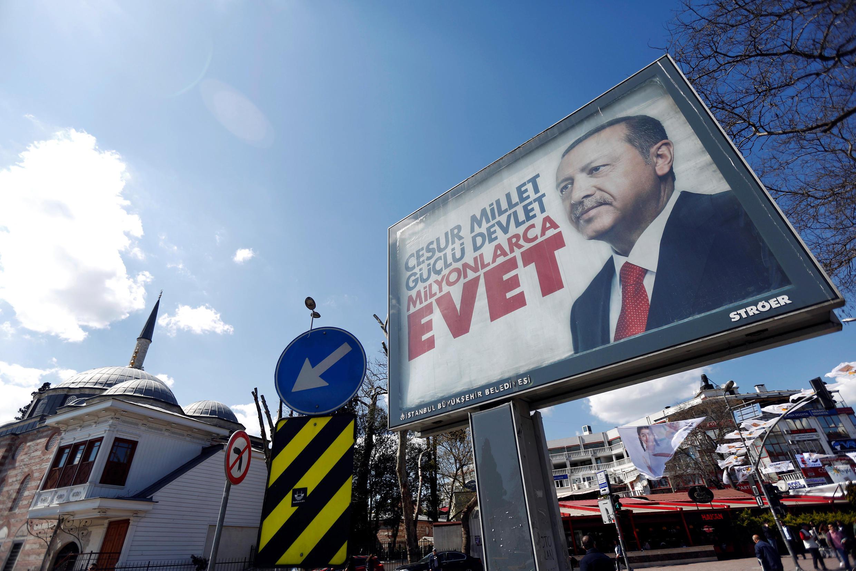 Dans les rues d'Istanbul, les affiches en faveur du «oui» au référendum présidentiel sont omniprésentes.