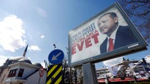 """En las calles de Estambul, la propaganda en favor del """"sí"""" al referendum con la imágen de Erdogan"""