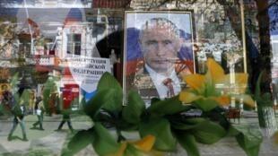 Витрина магазина в Симферополе 08/04/2014 (архив)