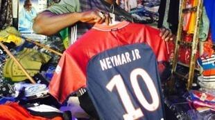 Le maillot de Neymar dans une boutique au marché Sandaga de Dakar.
