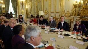 François Hollande en réunion avec les membres du gouvernement à l'Elysée, le 23 novembre 2013.