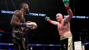 Tyson Fury provoquant Deontay Wilder lors de leur combat à Los Angeles, le 1er décembre 2018.