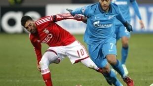 Nicolás Gaitán, avançado do Benfica (esquerda), num duelo em 2014 frente aos russos do Zenit.