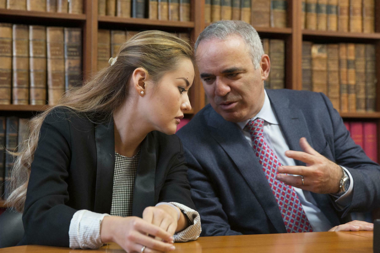 Гарри Каспаров и дочь Мухтара Аблязова, Мадина в офисе адвокатов в Париже 16/10/2014