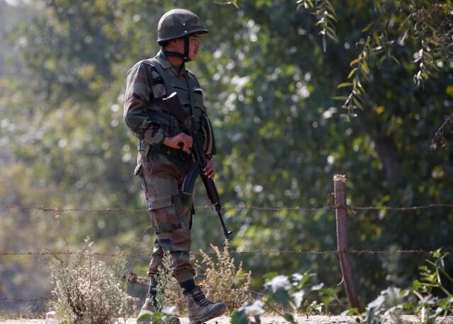 Một binh sĩ Ấn Độ tuần tra dọc theo một đường cao tốc ở ngoại ô Srinagar, thủ phủ mùa hè của bang Jammu và Kashmir, Ấn Độ.