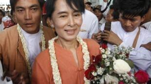 Aung San Suu Kyi en campagne avec Thein Swe (G), le candidat de la LND de Pyapon, le 17 février 2012.