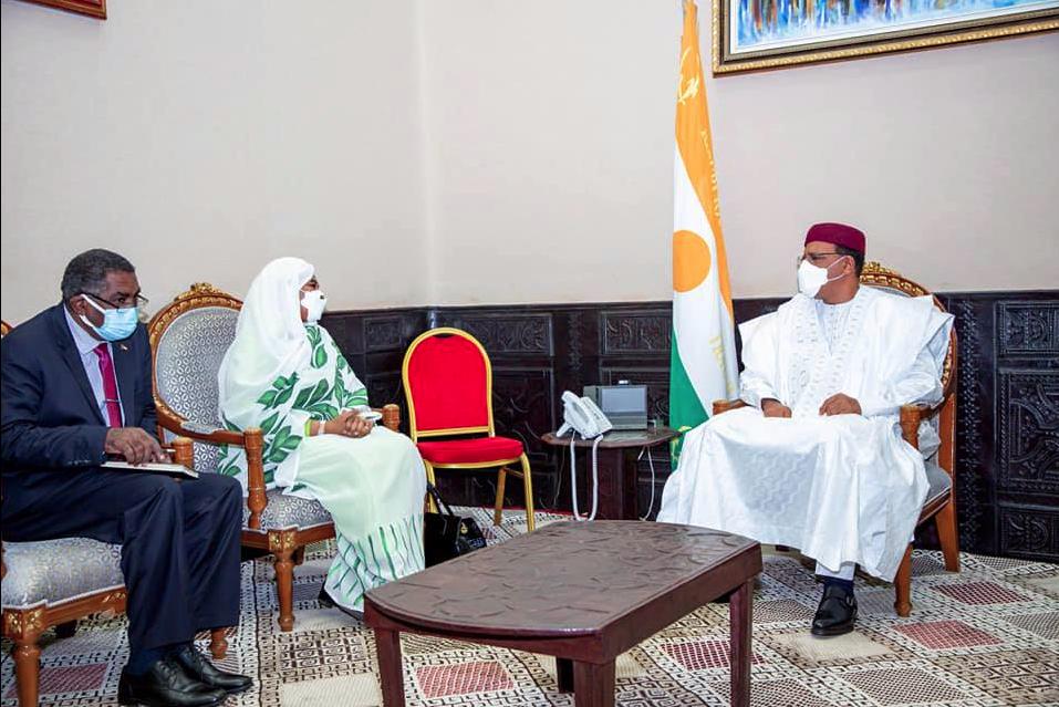Ministan harkokin wajen Sudan Mariam Al Mansoura Al Sadiq Al Mahdi tare da shugaba Bazoum Mohammed yayin ganawar su a Birnin Yammai ranar 01 ga watan Yunin shekarar 2021