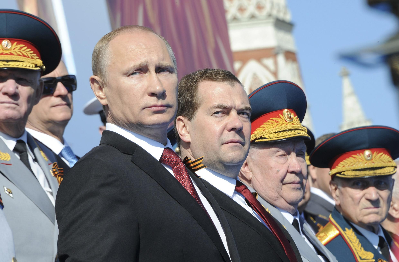 Vladimir Poutine (centre), le 9 mai à Moscou.
