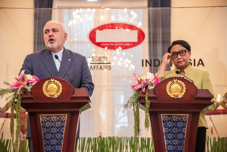 """محمد جواد ظریف در یک کنفرانس مطبوعاتی در جاکارتا در کنار همتای اندونزیایی خود خانم """"رتنو مارسودی"""""""