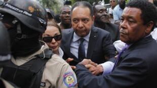 Cựu tổng thống Jean-Claude Duvalier rời khỏi tòa án cùng với vợ (18/1/2011), cảng Port-au-Prince.