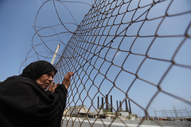 Mujer palestina delante de una central eléctrica durante una manifestación contra la crisis energética en la Franja de Gaza, el pasado 23 de abril de 2017.
