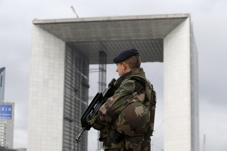 Lính Pháp canh gác và tuần tra xung quanh khu vực La Defense - REUTERS /Christian Hartmann