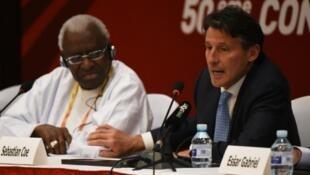 Sebastian Coe, rais mpya wa IAAF, akifanya mkutano na waandishi wa habari  akiwa pamoja na mtangulizi wake Lamine Diack, Agosti 19 mwaka 2015, mjini Beijing.