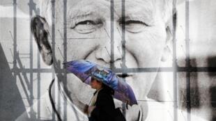 Imagens do papa João Paulo II estão presentes por todas as partes da cidade de Cracóvia, no país natal do sumo pontífice.