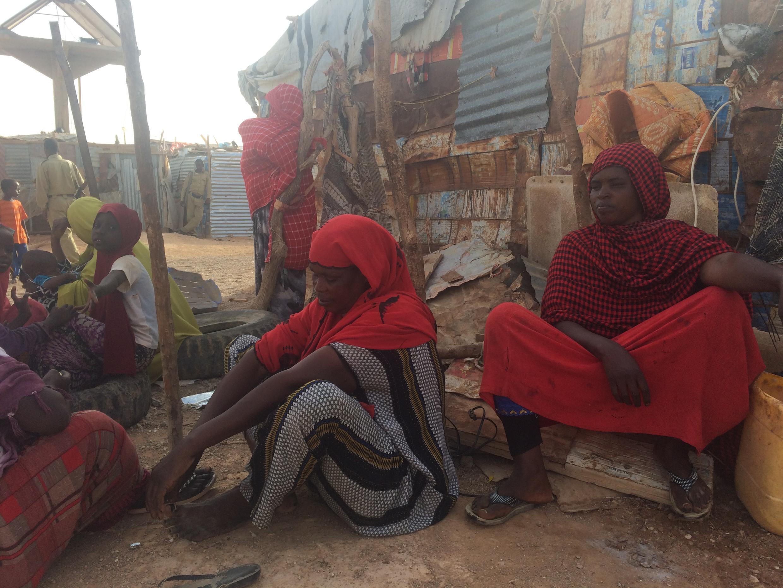 Dagan Ahmed Abdi (à droite) vient de perdre sa fille, Rayaan, à cause de la sécheresse et d'une erreur de diagnostic.