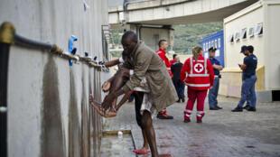Au camp de la Croix-Rouge, des installations permettent de conserver un petit niveau d'hygiène et aux musulmans pratiquants de se laver avant la prière.