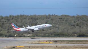 部分美國外交官25日從加爾加斯國際機場乘飛機撤離