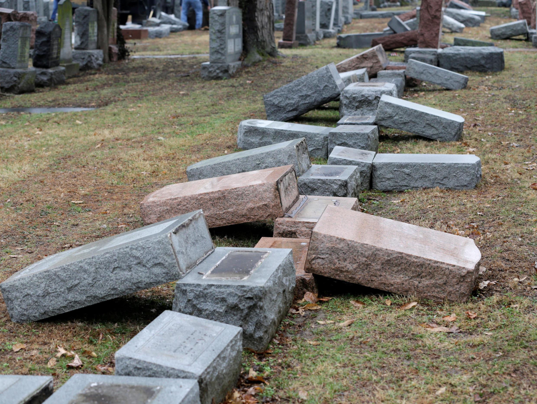 Mais de 170 lápides foram profanadas no cemitério judeu de Chesed Shel Emeth Cemetery, em Missouri, nos Estados Unidos, em 21 de fevereiro de 2017.