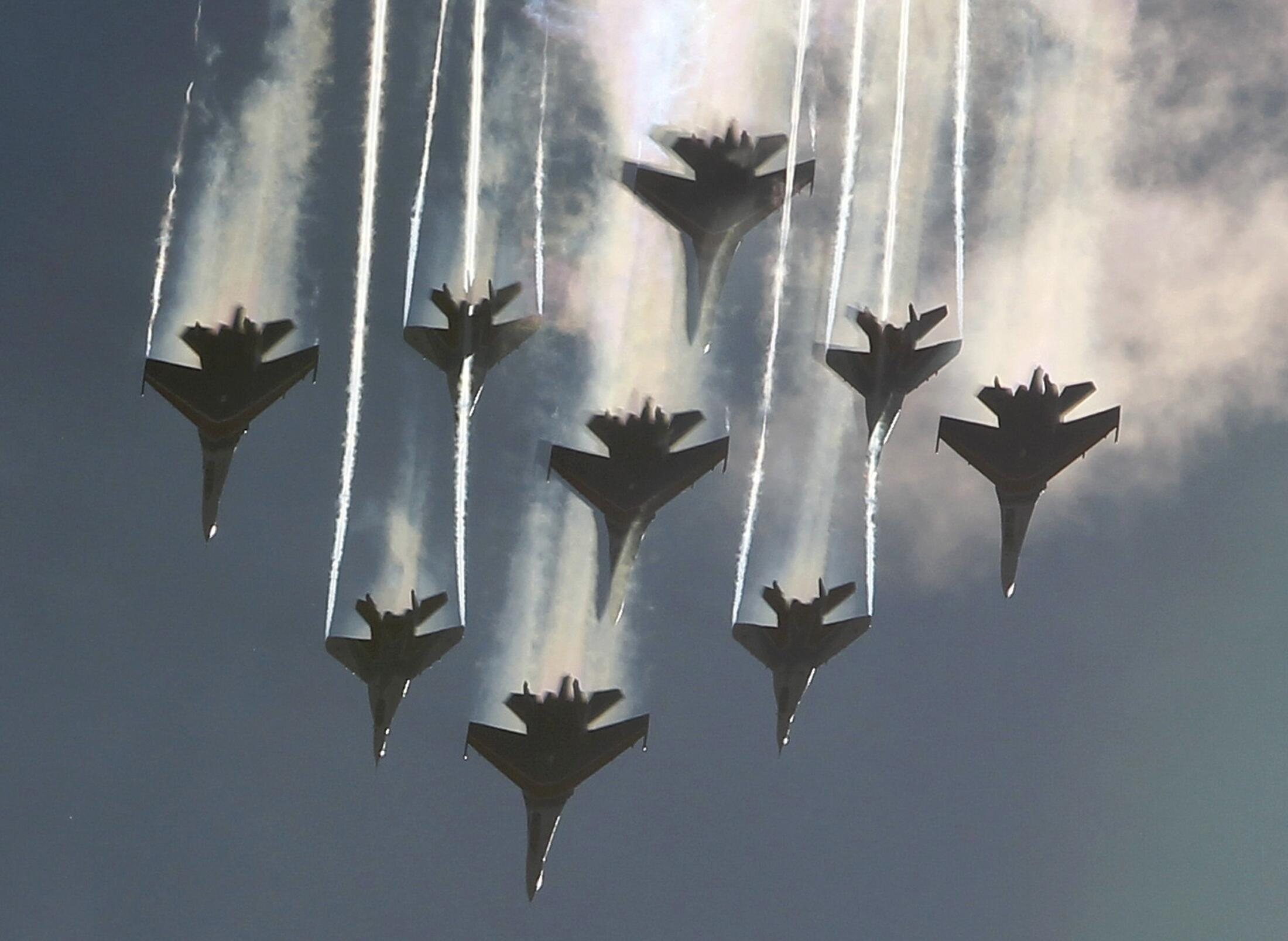 """Группа истребителей MiG-29 и Сухой Su-27 """"Русские витязи"""" на салоне МАКС в Жуковском 27/08/2013"""