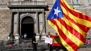 Un homme brandit le drapeau séparatiste catalan devant le Parlement à Barcelone, le 30 octobre 2017.