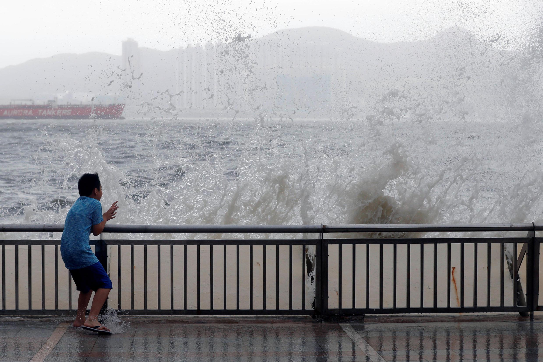 2017年8月23日香港受强台风天鸽袭击,损失严重。