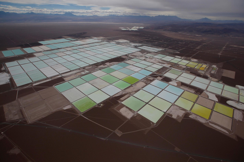 Une vue aérienne des bassins d'une mine de lithium dans le désert d'Atacama dans le nord du Chili