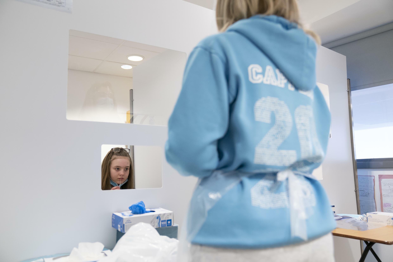 Une écolière effectue un auto-test dans une école en Angleterre le 4 mars 2021.
