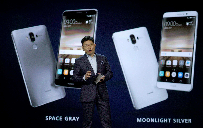 资料图片:2017年1月5日,华为集团常务董事余承东在美国拉斯维加斯介绍华为手机新产品。