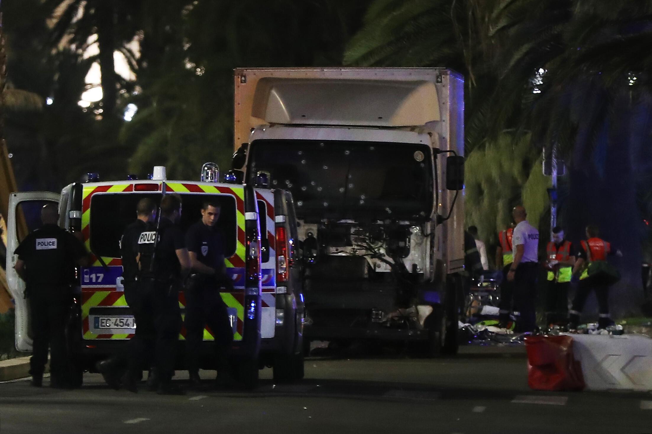 Os policiais e os serviços de socorro perto do caminhão lançado contra uma multidão em Nice, em 14 de julho de 2016.