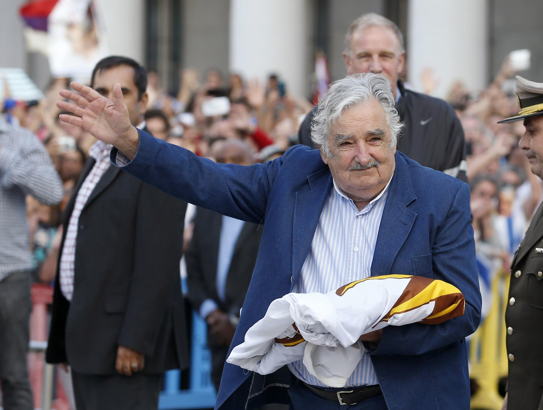 José Mujica con la bandera de Uruguay en sus manos, el último día de su mandato, 27 de febrero de 2015.