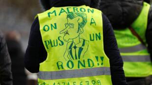 «Желтый жилет» ожидает визита президента Эмманюэля Макрона в парижский пригород Кретей, 9 января 2019.