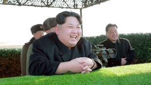 Lãnh tụ Bắc Triều Tiên, Kim Jong Un, trong một buổi bắn thử vũ khí chống tăng, ảnh chụp ngày 27/02/2016.
