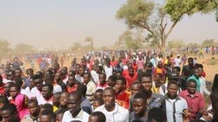 Plusieurs milliers de jeunes Nigériens ont manifesté en mémoire des étudiants tués en 1990 lors d'une manifestation, le 16 février 2016.