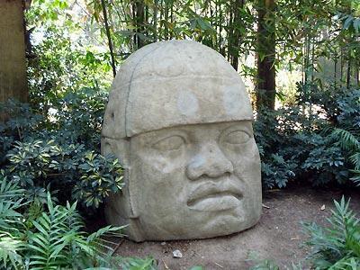 Tête olmèque. Les Olmèques étaient les inventeurs du caoutchouc, il y a quelque 4 000 ans.