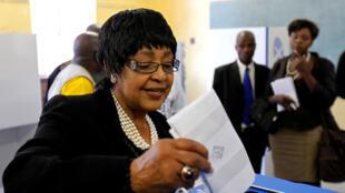 Winnie Madikizela Mandela, ex-épouse de Nelson Mandela, en train de voter, lors des élections municipales sud-africaines à Soweto, en Afrique du Sud, le 18 mai 2011.