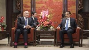 Thủ tướng Trung Quốc Lý Khắc Cường (P) tiếp Bộ trưởng Tài chính Pháp Michel Sapin, tại Trung Nam Hải, Bắc Kinh, 18/09/2015