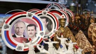 La guerre n'a pas arrêté la vente de souvenirs à Damas, à l'instar de ces coupoles à l'effigie des présidents russe et syrien, Vladimir Poutine et Bachar el-Assad, photographiées le 8 février dernier dans la capitale de Syrie.