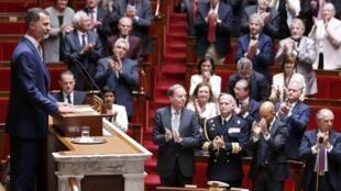 Le roi Felipe VI très applaudi par les députés français, le 3 juin 2015.