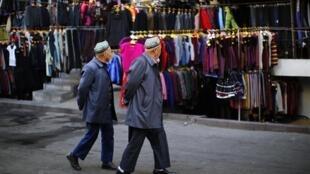 Dois homens da etnia Uigur no centro de Urumgi, na província de Xinjiang, em foto desta sexta-feira, 1° de novembro de 2013.