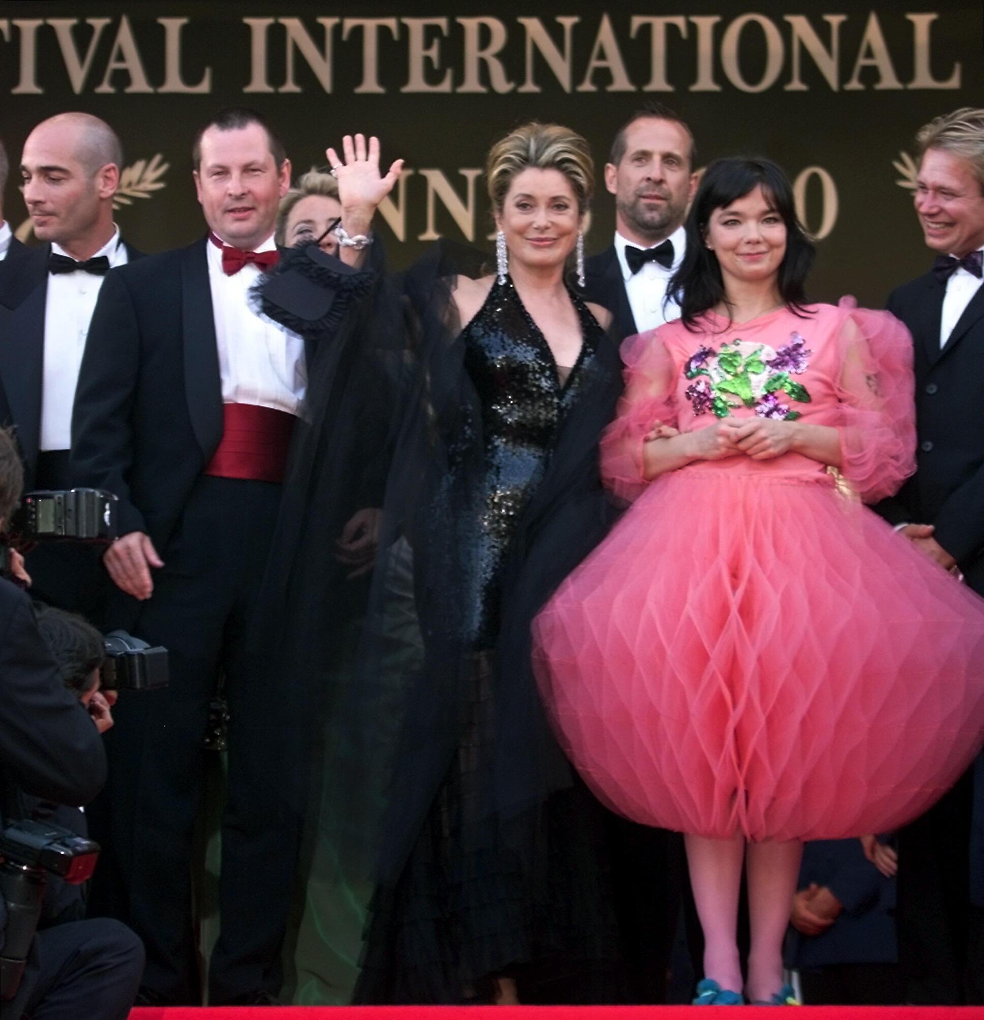 Björk, ao lado de Catherine Deneuve, com um de seus vestidos que fizeram polêmica em Cannes, em 2001