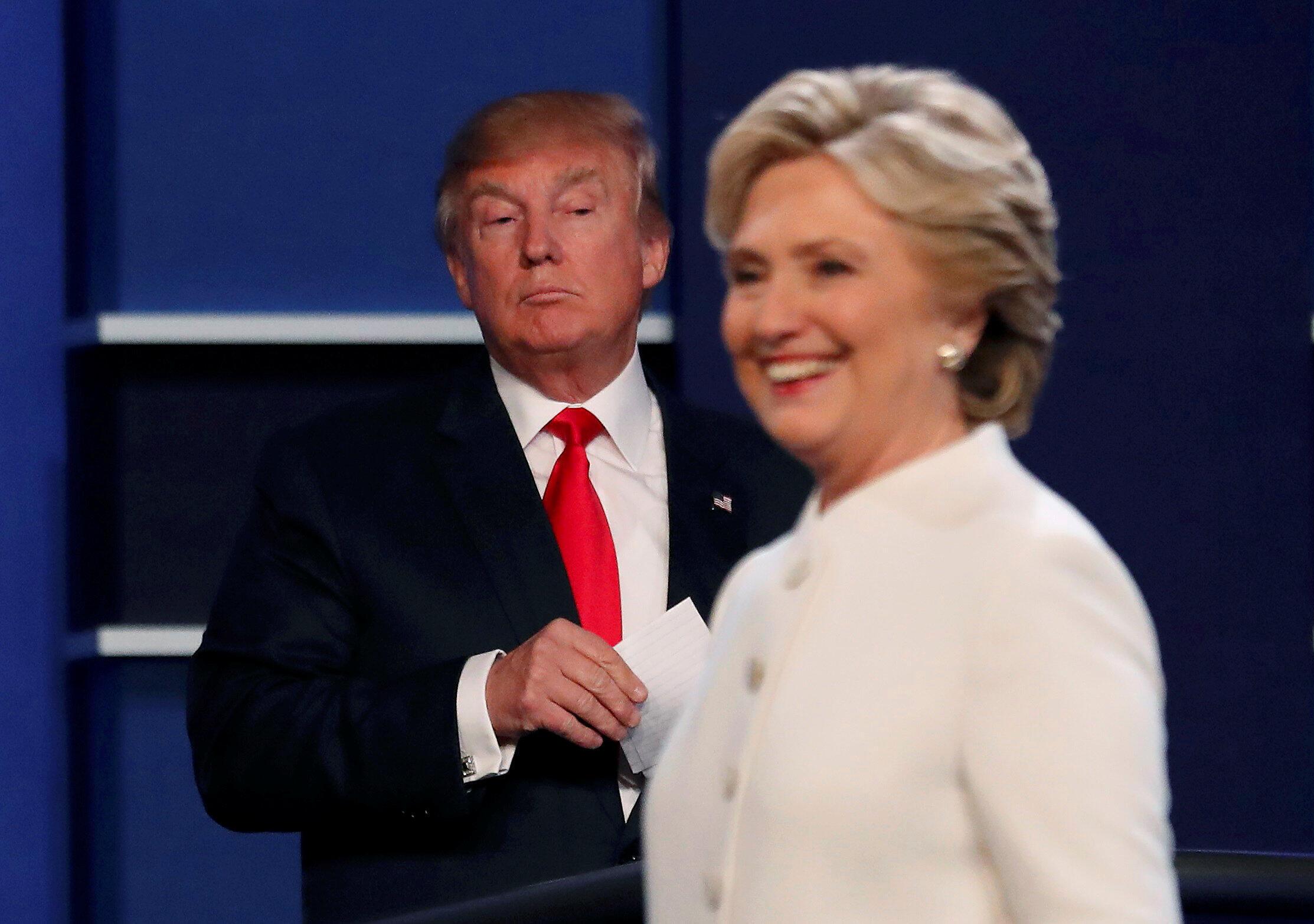 Os candidatos Hillary Clinton e Donald Trump começaram de forma seca e direta, sem aperto de mãos, seu terceiro e último debate presidencial.