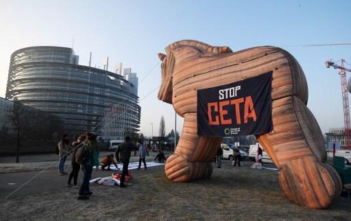 Manifestaçéao contra o acordo de livre comércion entre a União Europeia e o Canadá diante do Parlamento Europeu, em Estrasburgo, no leste de França, em fevereiro de 2017.